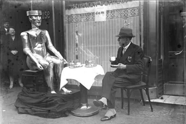 Berlin, Roboter mit seinem Erfinder